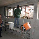 Die Fenster im Keller werden montiert…