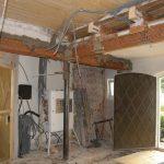 Im Kirchenvorraum sind die Maurer nun wieder am Werk. Die I-Träger wurden mit Putzträgermatten (Ziegelgewebe) ummantelt und fixiert…