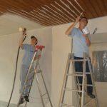 Im Gemeinderaum wurde die dunkelbraune Holzdecke gespritzt…